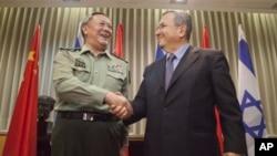 中国人民解放军总参谋长陈炳德将军8月14日在特拉维夫与以色列国防部长巴拉克握手