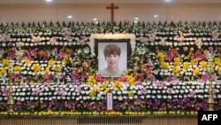 Potret Kim Jong-Hyun, vokalis band K-pop terkenal di Korea Selatan, SHINee, dipasang di altar duka di sebuah rumah sakit di Seoul.