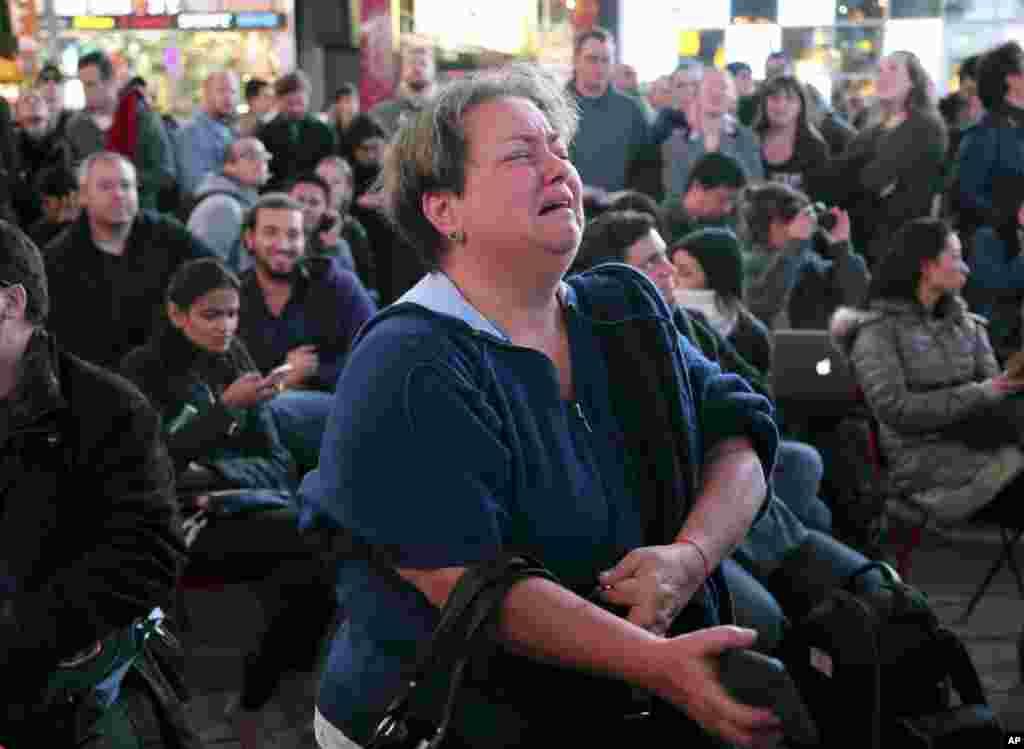 អ្នកស្រី Hany Alexander ទ្រហោរយំនៅពេលដែលអ្នកស្រីកំពុងតាមដានលទ្ធផលបោះឆ្នោតនៅតំបន់ Times Square នៃទីក្រុងញូវយ៉ក កាលពីថ្ងៃអង្គារ ទី៨ ខែវិច្ឆិកា ឆ្នាំ២០១៦។