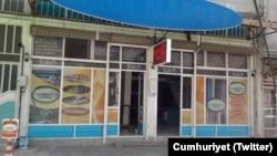 Suruç bombacısı Şeyh Abdurrahman Alagöz'ün ağabeyi Yunus Emre Alagöz'le işlettiği iddia edilen İslam Çay Ocağı'nın bir zamanlar bulunduğu dükkan. Polis tarafından kapatılan çay ocağının resmi, geçen yaz Cumhuriyet gazetesinde yayınlanmıştı