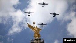 지난 2010년 9월 멕시코시티에서 열린 열병식에서 멕시코 공군 소속 이스라엘제 아라바 수송기 4대가 비행하고 있다. 15일 에콰도르에서 추락한 수송기와 같은 기종이다.