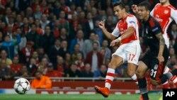 El delantero Alexis Sánchez anotó el único gol del Arsenal en el triunfo sobre el Besiktas turco.