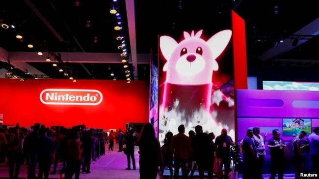 2019年6月12日在美国加州洛杉矶举行的电子游戏年度博览会上与会者在任天堂站台前聚集。