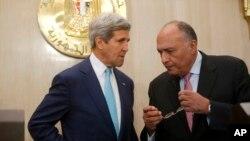 AQSh davlat kotibi Jon Kerri (chapda) va Misr tashqi ishlar vaziri Samih Shukriy Qohirada, 22-iyul, 2014-yil