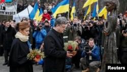 烏克蘭總統波羅申科伉儷參加者基輔舉行紀念1932年至1933年在一些人稱為蘇聯製造的「種族滅絕」中死去的數百萬人的儀式。