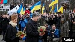 Tổng thống Ukraine Petro Poroshenko và phu nhân đặt hoa tại đài tưởng niệm các nạn nhân nạn đói 1932-1933, 22/11/14