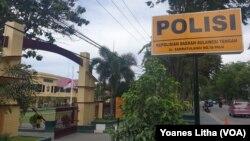 Bendera Merah Putih setengah tiang hari ini dikibarkan di Polda Sulawesi Tengah di Palu, atas gugurnya satu anggota Polisi akibat penembakan oleh kelompok MIT di Salubanga, Sausu, Parigi Moutong.