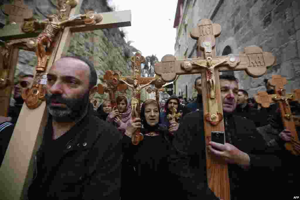 زائران مسیحی ارتدوکس صربستان در حال حمل صلیبهای چوبی در امتداد ویا دولوروسا (راه رنج)، در بخش قديمی اورشلیم (اسرائیل).