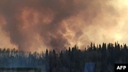加拿大阿尔伯塔省的麦克默里堡一带山林野火肆虐,居民被命令撤离家园 (2016年5月3日)