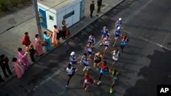 지난해 4월 북한에서 열린 평양 국제마라톤 대회에서 거리에 나온 시민들이 선두에서 달리는 선수들을 응원하고 있다. (자료사진)