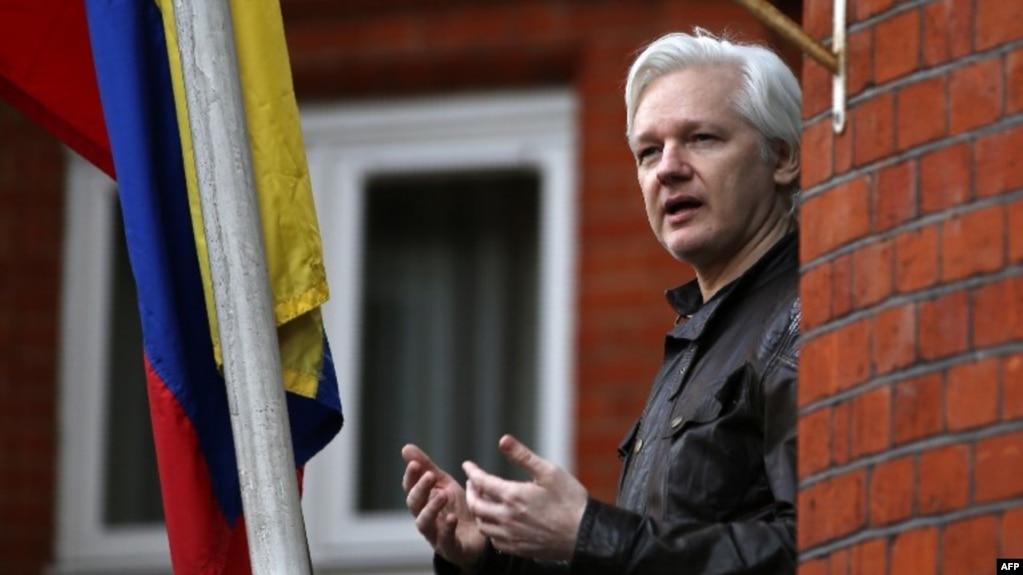Julian Assange,sáng lập viên Wikileaks, phát biểu từ lan can của đại sứ quán Ecuador ở London hôm 19/5/2017. (Photo by Daniel LEAL-OLIVAS / AFP)