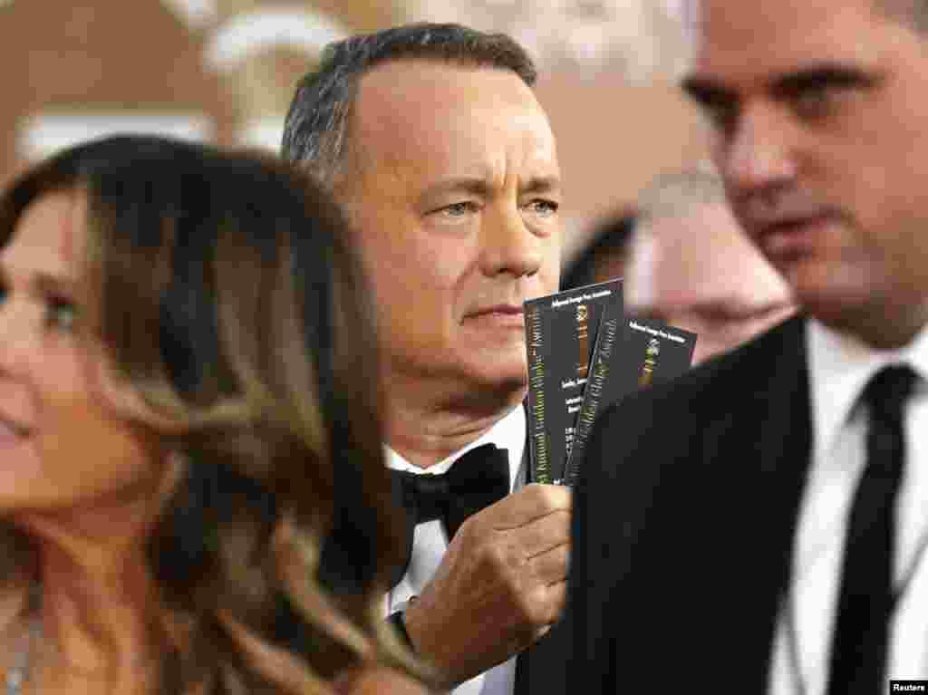 Актер Том Хэнкс с билетами на церемонии открытия «Золотого глобуса»