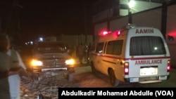 Salah satu ambulans terlihat menunggu di luar Pizza House, Mogadishu saat petugas keamanan Somalia mengakhiri pengepungan selama 11 jam oleh militan al-Shabab, Kamis (15/6).