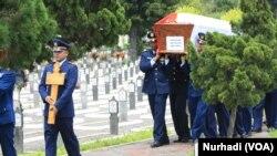 Proses pemakaman jenazah Kapten Penerbang Dwi Cahyadi di Taman Makan Pahlawan Kusumanegara, Yogyakarta, 21 Desember 2015 (Foto: VOA/Nurhadi)
