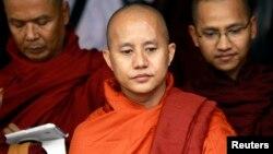 ພະອາຈານ Wirathu (ກາງ), ຜູ້ນໍາຂະບວນການ 969 ກ່າວສະບາຍດີຕໍ່ພະອົງອື່ນໆ ໃນຂະນະທີ່ເຂົ້າຮ່ວມກອງປະຊຸມ ດ້ານກົດໝາຍປົກປ້ອງຊາດ ທີ່ວັດຢູ່ນອກນະຄອນຢ່າງກຸ້ງ ໃນວັນທີ 27 ມິຖຸນາ 2013.