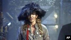 约翰.加利亚诺2011年1月在一次男子秋冬时装展结尾时亲自出台