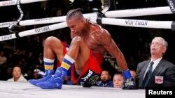 Patrick Day setelah dipukul KO oleh lawannya, Charles Conwell, dalam duel USBA Super-Welterweight di Wintrust Arena, Chicago, 12 Oktober 2019. (Foto: Jon Durr-USA Today Sports via Reuters)