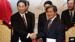 Bộ trưởng Bùi Quang Vinh (hàng đầu, bên phải) tiếp khách nước ngoài năm 2014 (ảnh tư liệu)