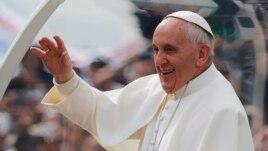 Papa ndryshon imazhin e kishës