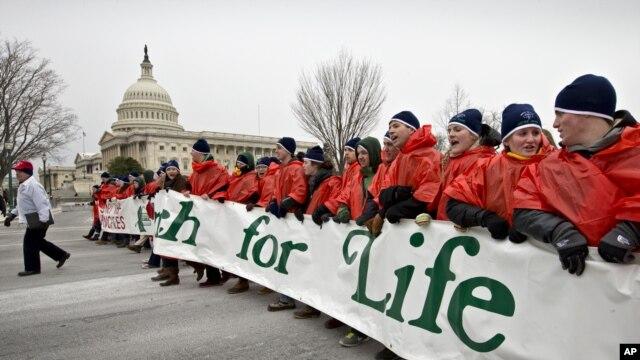 Puluhan ribu penentang aborsi melakukan unjuk rasa 'March for Life' di Washington DC hari Jumat (25/1).
