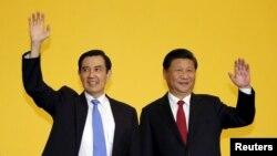 លោក Ma Ying-jeou ប្រធានាធិបតីកោះតៃវ៉ាន់ និងលោកប្រធានាធិបតីចិន Xi Jinping បានគ្រវីដៃដាក់ក្រុមអ្នកសារព័ត៌មានមួយក្រុមក្នុងកិច្ចប្រជុំកំពូលមួយក្នុងប្រទេសសិង្ហបុរី កាលពីថ្ងៃទី៧ ខែវិច្ឆិកា ឆ្នាំ២០១៥។
