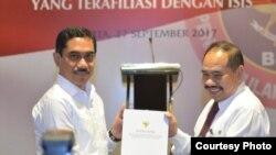 Kepala BNPT Suhardi Alius dan Kepala PPATK Kiagus Ahmad Badaruddin menerbitkan white paper (buku putih) pemetaan risiko tindak pidana pendanaan terorisme terkait jaringan teroris di Hotel Aryadutha Jakarta. (Foto courtesy: Humas BNPT)