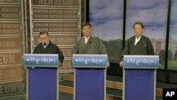 ຜູ້ສະມັກເປັນນາຍົກລັດຖະມົນຕີ ຂອງລັດຖະບານພັດຖິ່ນທິເບດ ທີ່ຕັ້ງຢູ່ໃນພາກເໜືອຂອງປະເທດອິນເດຍ 3 ທ່ານ ຄື ທ່ານ Tenzin Tethong (ຊ້າຍ), ທ່ານ Lobsang Sangay (ກາງ) ແລະທ່ານ Tashi Wangdi (ຂວາ) ໂຕ້ວາທີກັນ ທີ່ກຸງວໍຊິງຕັນ (1 ມີນາ 2011)