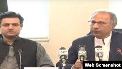 پاکستان کے مشییر خزانہ ڈاکٹر عبدالحفیظ شیخ اور وزیر مملکت برائے خزانہ حماد اظہر اسلام آباد میں پریس کانفرنس کر رہے ہیں۔ کانفرنس میں چیئرمین ایف بی آر شبر زیدی بھی شریک ہوئے۔ 4 جولائی 2019