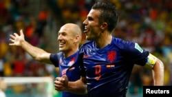 13일 벌어진 브라질 월드컵 B조 조별리그 네덜란드와 스페인의 경기에서 네덜란드 로빈 판 페르시(오른쪽)가 네덜란드의 4 번째 골을 성공시킨 후 팀동료 아르옌 로벤과 기뻐하고 있다.