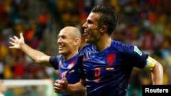 Robin van Persie (depan) merayakan gol keduanya ke gawang Spanyol bersama Arjen Robben yang juga mencetak dua gol, Jumat (13/6).