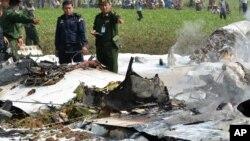 Des militaires inspectent l'épave d'un avion militaire du Myanmar qui est écrasé dans une zone proche de l'aéroport de Naypyitaw, le Myanmar, le mercredi 10 février 2016. (AP Photo / Aung Oo Brillance)