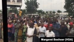 Une foule se rassemble le long des routes lors de la visite du Conseil de sécurité, Bujumbura, Burundi, 21 janvier 2016, (VOA/Margaret Besheer)