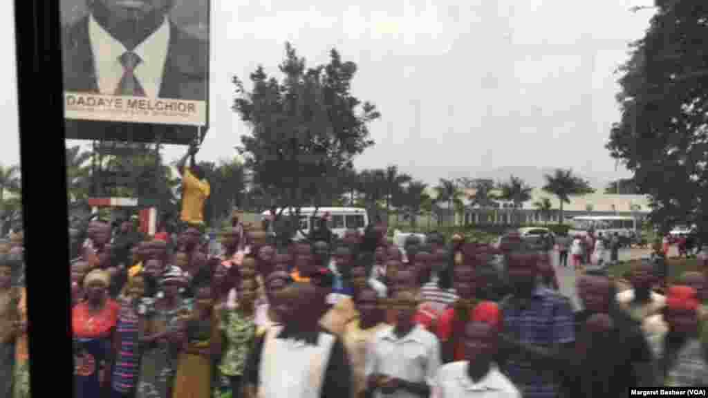 Une foule se rassemble le long des routes pour accueillir les ambassadeurs du Conseil de sécurité, Bujumbura, Burundi, 21 janvier 2016, (VOA/Margaret Besheer)