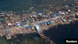 2013年11月11日,颱風海燕肆虐菲律賓後,從空中俯視的菲律賓中部一個漁村災情。