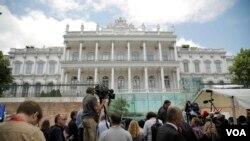 Media berkumpul di depan Hotel Coburg di Wina, Austria, tempat pembicaraan nuklir antara Iran dan negara-negara kuat dunia.