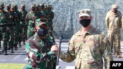 Mayjen Heri Wiranto (kiri) bersama Kapten AS David Moats di markas TNI Mulawarman, Balikpapan, Kalimantan Timur, 4 Agustus 2021. (Handout/Indonesia Army / AFP)