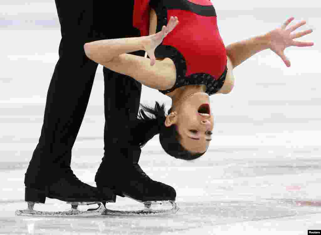 Ksenia Stolbova (R) and Fedor Klimov of Russia perform for the ISU Grand Prix of Figure Skating Rostelecom Cup in Moscow, Russia, Nov. 23, 2013.
