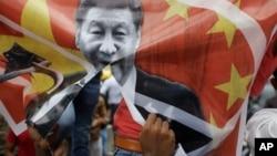 印度艾哈迈达巴德的抗议者撕毁了有着中国领导人习近平图像的旗子并呼喊反对中国的口号。(2020年6月24日)