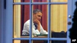 2014年1月27日奥巴马总统在白宫椭圆形办公室工作