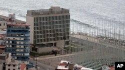Así luce la Sección de Intereses de EE.UU. en La Habana. Por su parte la sede cubana en Washington instaló un mástil para poder izar su bandera en el momento en que se anuncie la apertura de las embajadas.