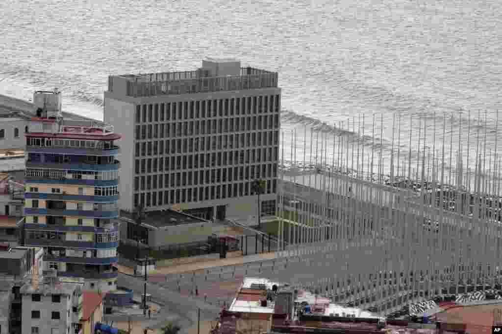 Edificio donde se ubica la embajada de EE.UU. en Cuba.