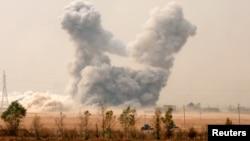 모술 탈환작전에 나선 이라크 군이 인근 투프자와 마을에 대한 공격을 벌인 가운데, 미군의 공습으로 연기가 피어오르고 있다.