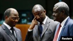 Le ministre des Affaires étrangères Burkina Faso Djibril Bassole, son homologue malien Tieman Hubert Coulibaly et son homologue tchadien Moussa Faki Mahamat lors d'une réunion au Mali le 5 février 2013.