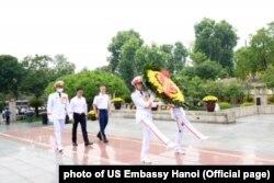 Tùy viên Quân sự Mỹ viếng Đài tưởng niệm anh hùng liệt sĩ Bắc Sơn ở Hà Nội, 27/7/2020