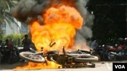 معترضین در داکا خود روها را به آتش کشیدند