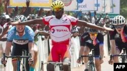 Le cycliste burkinabé Mathias Sorgho célèbre sa victoire de la quatrième étape du tour cycliste du Burkina Faso, à Ouahigouya, le 29 octobre 2018.