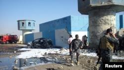 Iračke bezbednosne snage na mestu samoubilačkog bombaškog napada na policijskom kontrolnom punktu, 13. novembar, 2013.