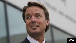Dos donantes millonarios para la campaña presidencial de Edwards en 2008 dieron dinero a su amante, Rielle Hunter.