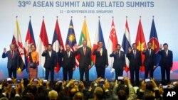 13일 싱가포르에서 개막한 제33차 동남아시아국가연합(ASEAN) 정상회의에서 회원국 정상들이 기념촬영을 하고 있다.
