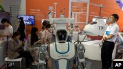 資料照:中國北京國際科技產品展銷會展出的機器人和無人機。 (2018年5月17日)
